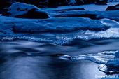 foto paesaggistica di un torrente ghiacciato